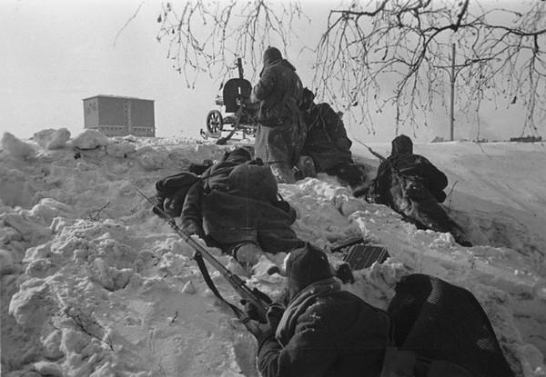 Красноармейцы на боевых позициях в районе боевых действий с финнами. Район г.Выборга(Виипури), 1940г.
