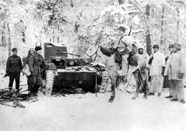 Финские солдаты и офицеры у захваченного советского огнеметного танка ХТ-26