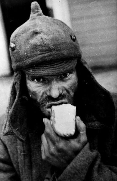 Пленный красноармеец из 163-й стрелковой дивизии в финском лагере