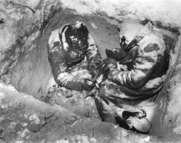 Замерзшие в окопе красноармейцы 44-й стрелковой дивизии