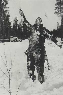 финны используют труп советского солдата как дорожный знак