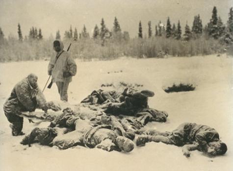 Финны осматривают замершие трупы советских солдат