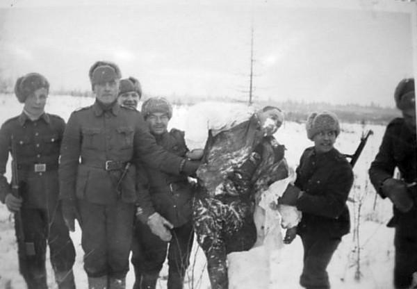 финныфотографируются с трупом замерзшего красноамрмейца