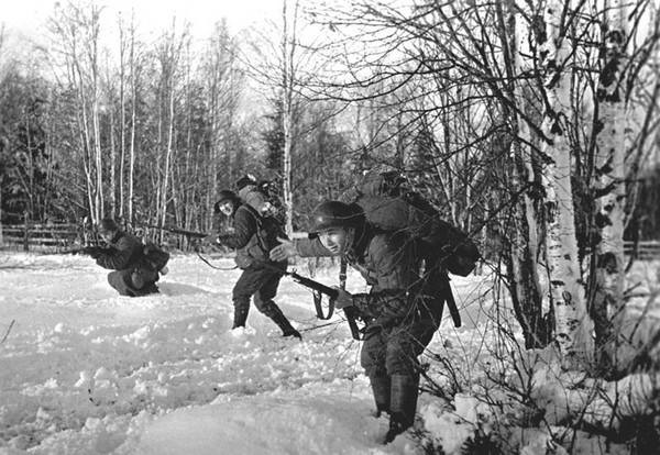 Бойцы стрелковой части ведут наступление из леса.Карельский перешеек. 1939г.