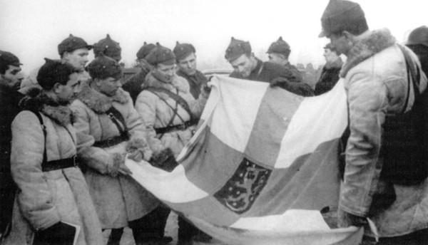Красноармейцы с захваченным финским флагом шюцкора.