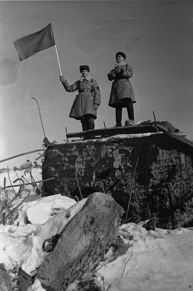 Советские бойцы на взятом доте на Карельском перешейке. 1940г.