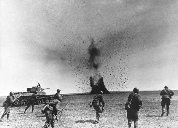 Атака советских солдат Юго-Западного фронта при поддержке танков БТ-7. виктор  темин
