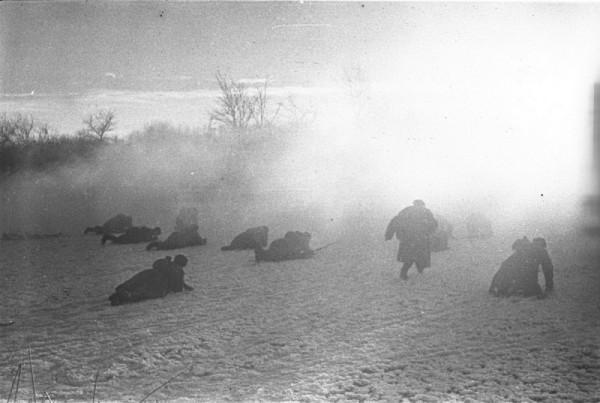 Советские солдаты поднимаются в атаку. Авторское название фотографии — «Переход в наступление»1