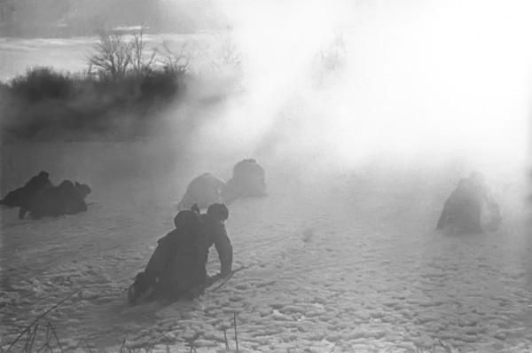 Советские солдаты поднимаются в атаку. Авторское название фото — «Переход в наступление»