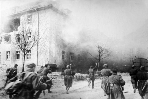 Советское подразделение в бою на улице Кенигсберга апрель 1945
