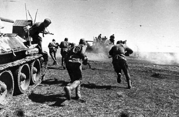 Советские солдаты высаживаются с танков в бой 1944
