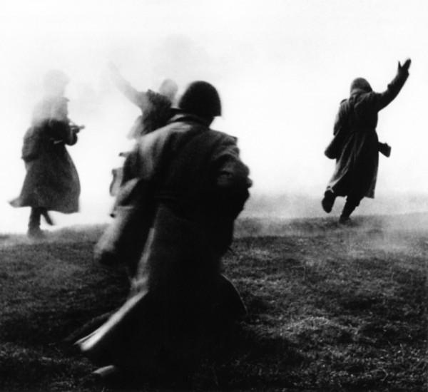 Советские солдаты идут в атаку Авторское название фотографии Вперед!