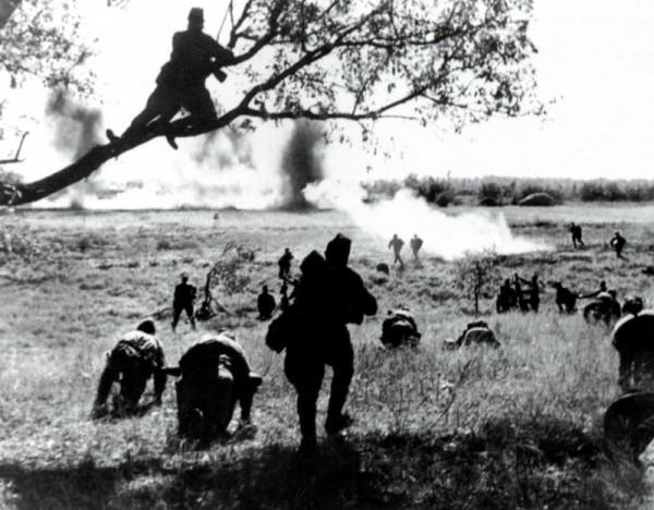 Советские бойцы поднимаются в атаку на Курской дуге
