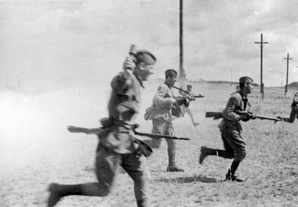 Советские солдаты атакуют позиции противника. Брянский фронт, июль 1942