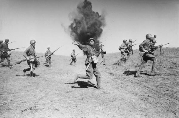 Атака стрелковых частей (пехоты) Красной армии в районе Сталинграда. В центре неизвестный командир с пистолетом пулеметом ППШ-41.