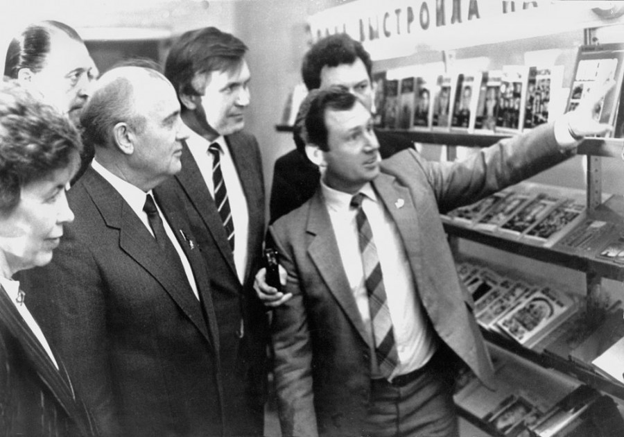 m_gorbachev_r_gorbacheva_v_yurkin_at_the_book_exhibition_stand_at_the_young_guard_b