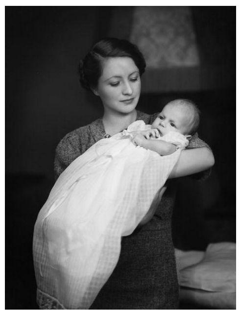 Джилл Эсмонд – дочь сценариста и актрисы, жена звезды, мать продюсера