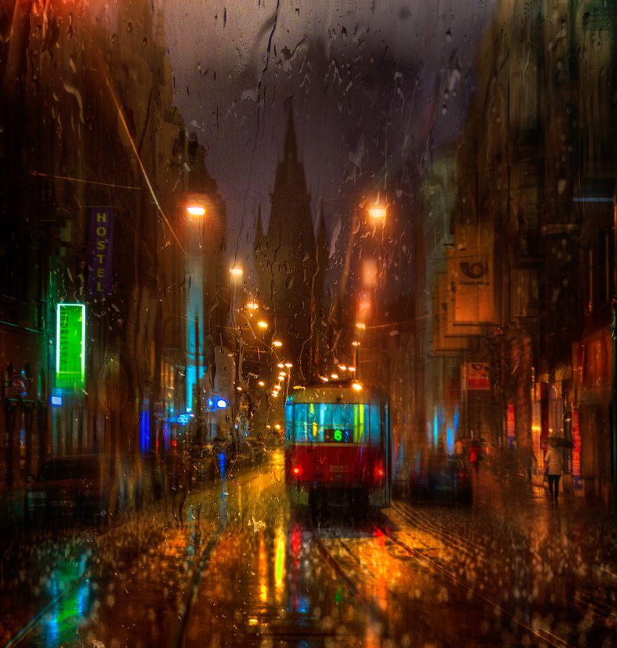 Дождь. Девушки, зонты, трамваи