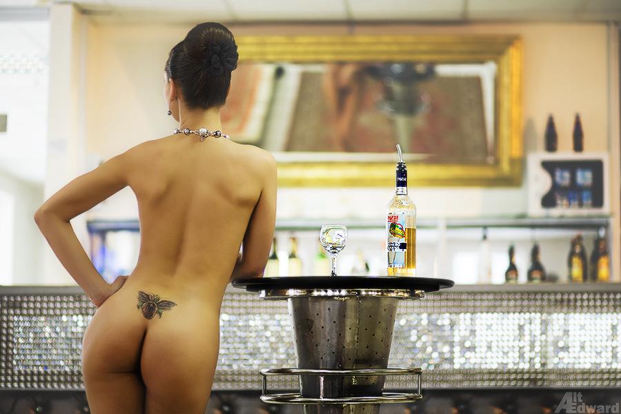 часто обнаженная девушка в ресторане любителей посмотреть