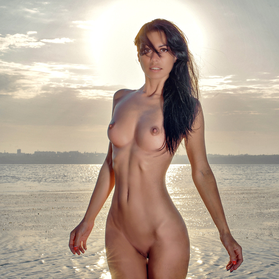 fit-women-naked-on-beaches