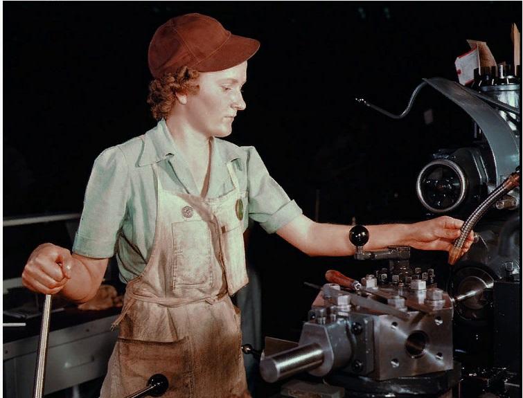 Бьюла Фейт, до войны работавшая продавцом в универмаге, настраивает оборудование токарного станка на Объединенной авиастроительной компании; Форт-Уорт, Техас, 1942 год.