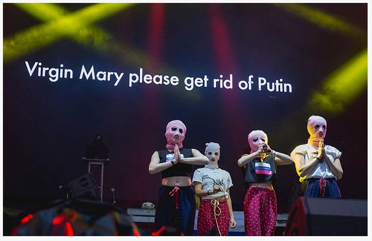 Российская концептуальная художница Надежда Толоконникова и группа Pussy Riot на концерте в Хьюстоне, Техас, 2017 год. Группа начиналась как партизанское движение, сейчас состав ее варьируется, а политика остается центральной темой ее спонтанных представлений.