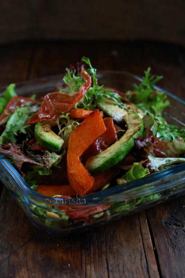 Салат с жареными авокадо, тыквой и чипсами из прошутто
