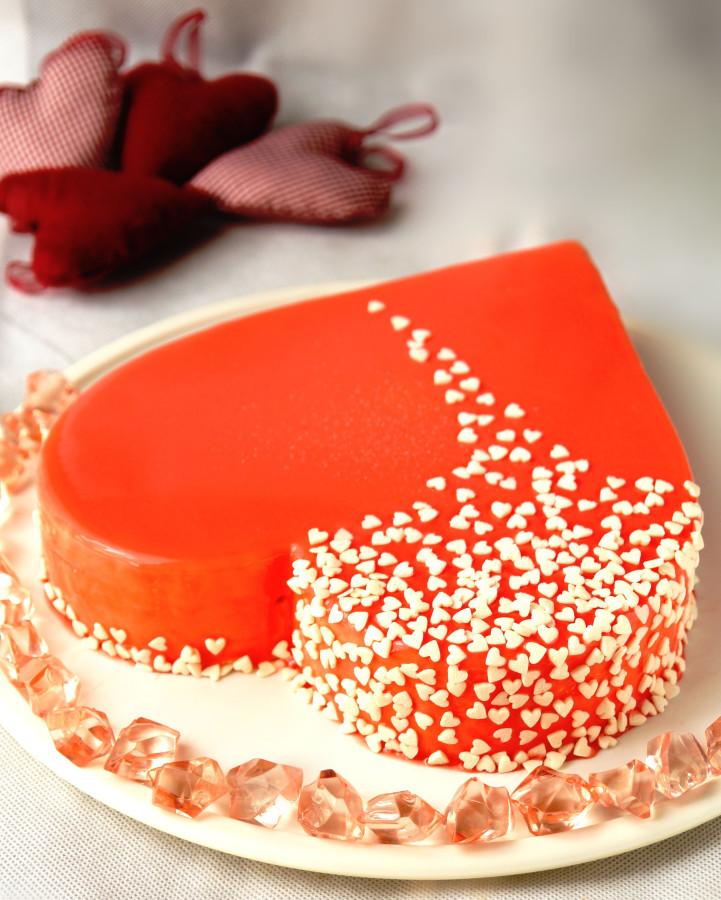 Украшаем торт сердечко шоколадным кремом