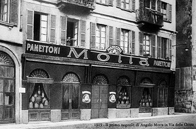 640px-Primo_negozio_di_Angelo_Motta_in_via_della_Chiusa_a_Milano_(1919).jpg