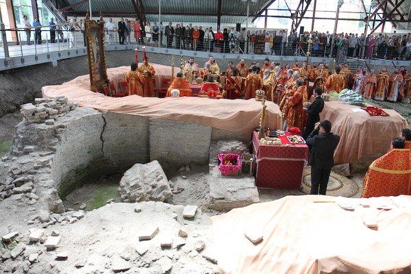 Богослужение на развалинах храма фото из интернета