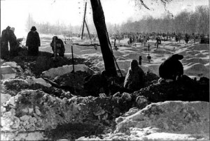 Похороны умерших от голода горожан. Большеохтинское кладбище. Февраль 1942 г.. Источник: http://www.xliby.ru/istorija/krest_i_svastika_nacistskaja_germanija_i_pravoslavnaja_cerkov/p8.php
