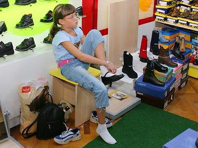 Меряет хорошую обувь