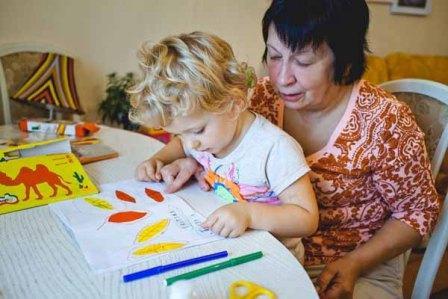 Вредная бабушка с внуком