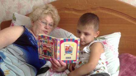 Читает вредная бабушка