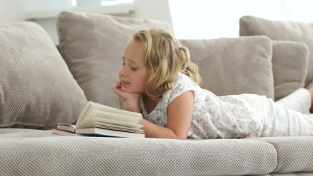 Получает пользу от чтения книг
