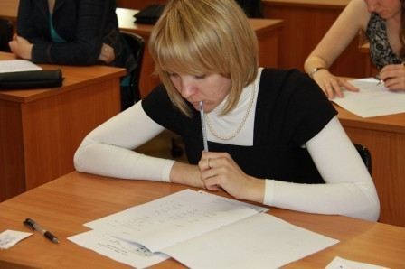 Студентка осваивает профессию