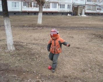 Один на детской площадке