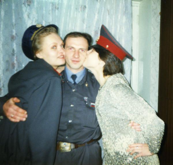 февр 1998 встреча выпускников - муж жени при исполнении
