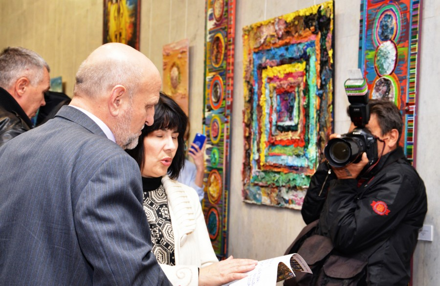 Посол Молдавии Иона Стэвилэ и картины Дарьи Марченко