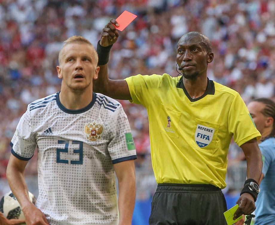 Красная карточка Игорю Смольникову
