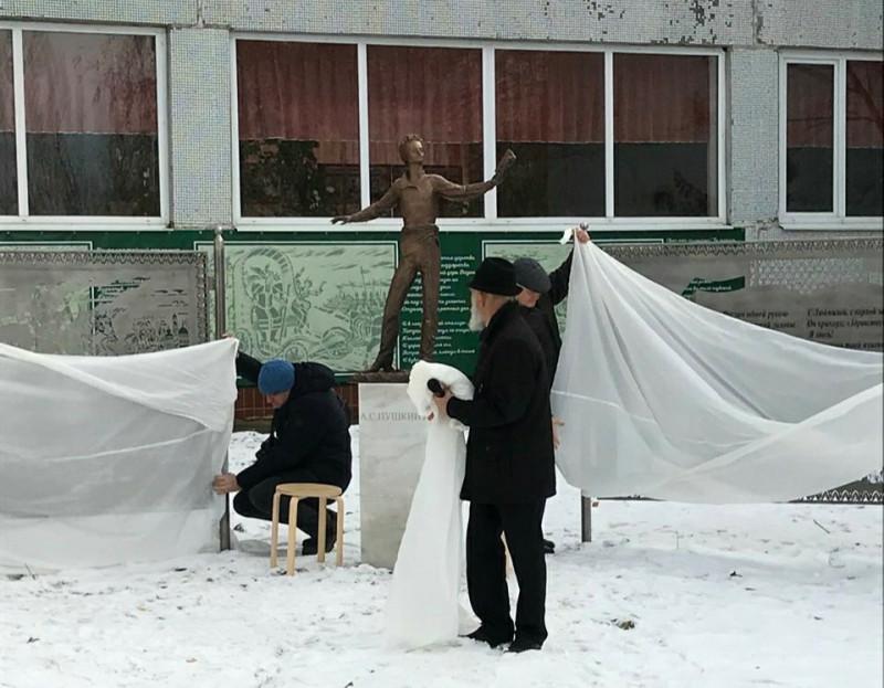 Памятник Александру Пушкину во дворе школы №82