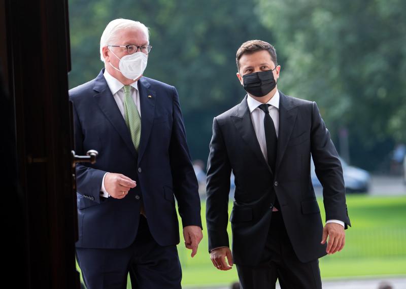Федеральный президент Германии Франк-Вальтер Штайнмайер (слева) и президент Украины Владимир Зеленский беседуют после церемонии встречи перед дворцом Бельвю. Фото: Bernd von Jutrczenka/dpa