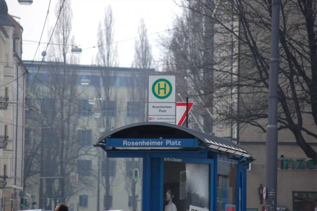 На трамвайных остановках