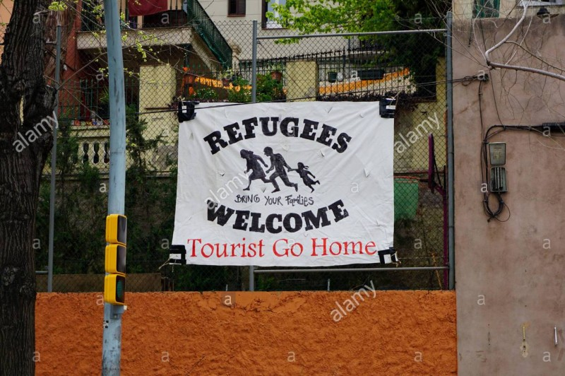 banner-welcoming-refugees-and-their-families-and-telling-tourists-fx8mek