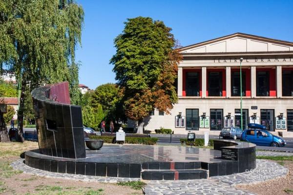 monument-luptatorilor-anticomunisti-1944-1989-teatrul-dramatic-brasov02