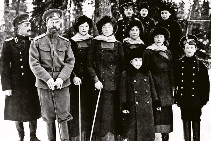 марте 1917 года. На фото слева направо офицер, приставл к царской семье, Николай II, в к Татьяна, Ольга, Мария, Анастасия, цесаревич Алексей. На переднем плане - князь Василий Александрович. Н