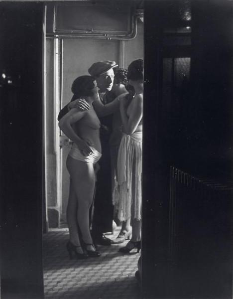 brassai-dit-halasz-gyula-1899-1984-chez-suzy-trois-femmes-autour-dun-homme-1932