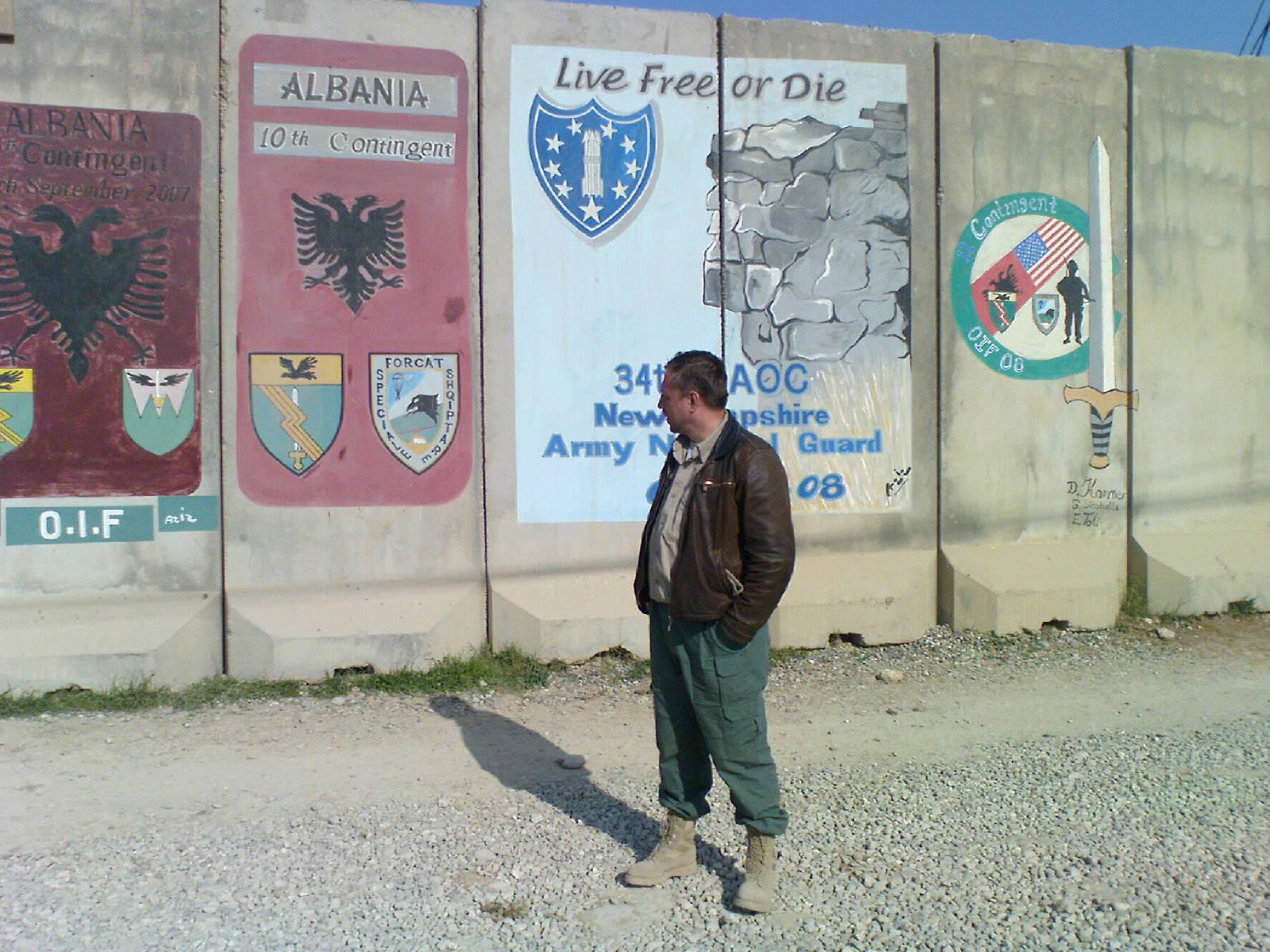 Pered stenoj s albanskim flagom v Mosule