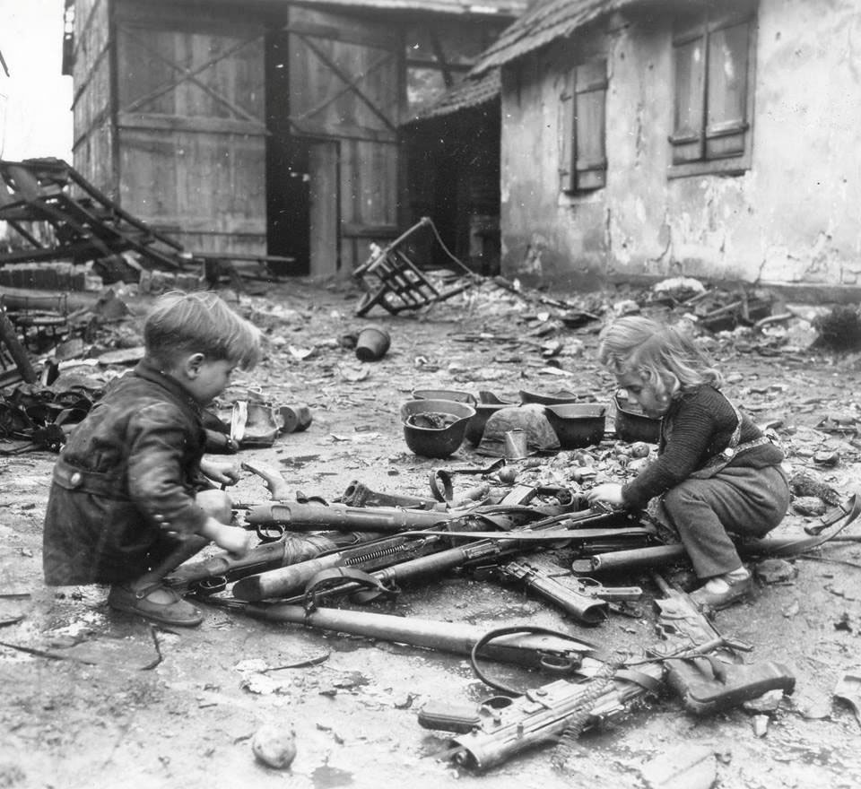 german-kids-playing-with-broken-guns-1945