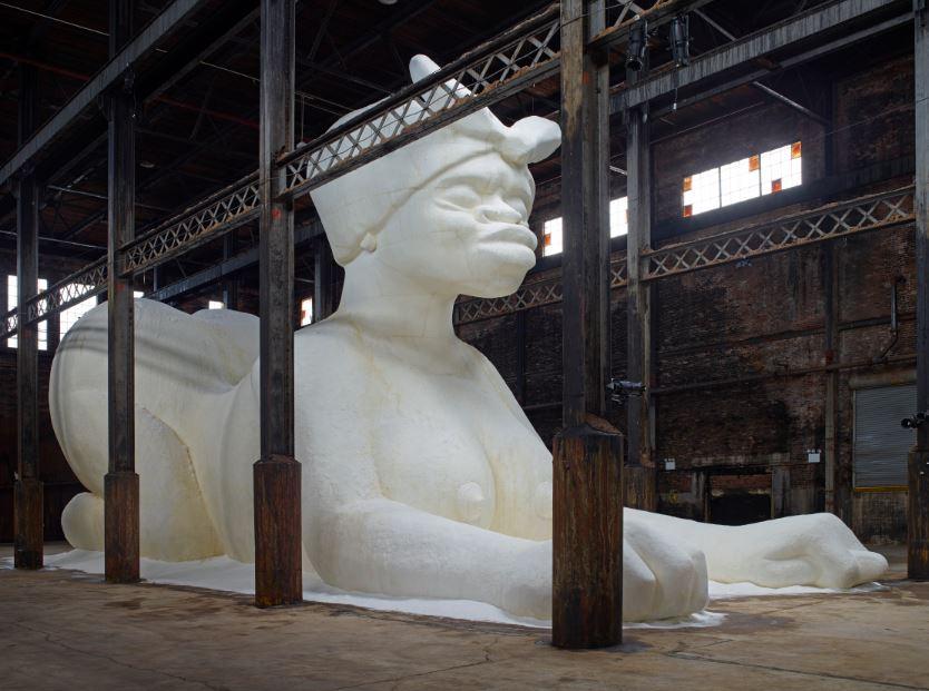 На бруклинской фабрике поселился 20-метровый сфинкс из сахара